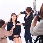 キラキラ就活写真|女性の転職写真は年齢に合わせたスタイリングで若さを演出!